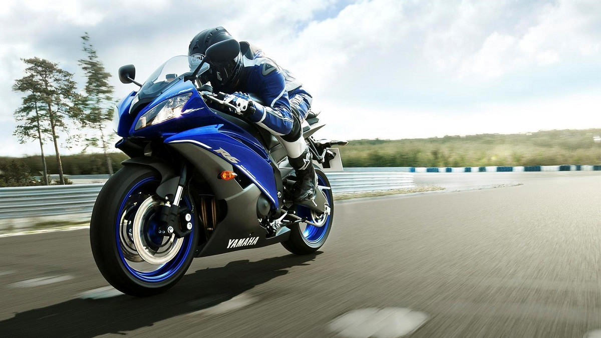 2013-Yamaha-YZF-R6-EU-Race-Blu-Action-002